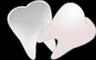 Prześliczne urodziwe zęby również olśniewający cudny uśmiech to powód do płenego uśmiechu.
